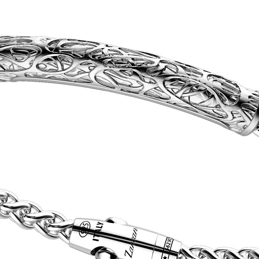 Bracciale in argento con rilievi irregolari.